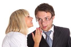 девушка и парень, речь в правое ухо
